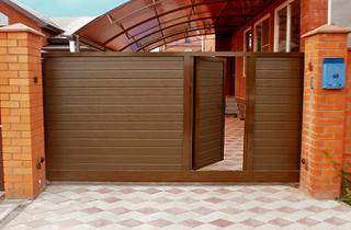 откатные ворота с калиткой вовнутрь